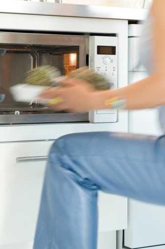 Hangisini tercih edersiniz? Yemeği kendiniz pişirmeyi mi. yoksa hazır yemeği mi? A) Kendim mi pişireceğim? Kimin için? B) Yemekleri her zaman kendim pişiririm, içine ne koyduğumu bilirim.  C) Benim yemek yapma tarzım şöyle: Mikrodalgayı aç, hazır yemeği içine koy ve işte yemek hazır.  D) Yemek yapmak benim için büyük bir zevk. Özellikle arkadaşlarım için yemek yapmaktan büyük mutluluk duyarım.